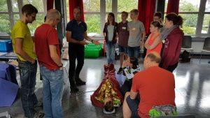Interessierte Teilnehmer beim Outdoor Erste-Hilfe-Kurs
